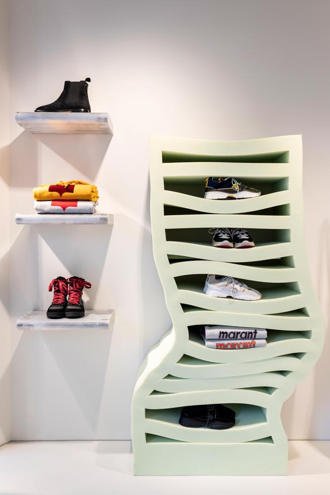 Un meuble en mousse du studio Dewi van de Klomp sert de présentoir chez Isabel Marant, rue de Turenne, à Paris.