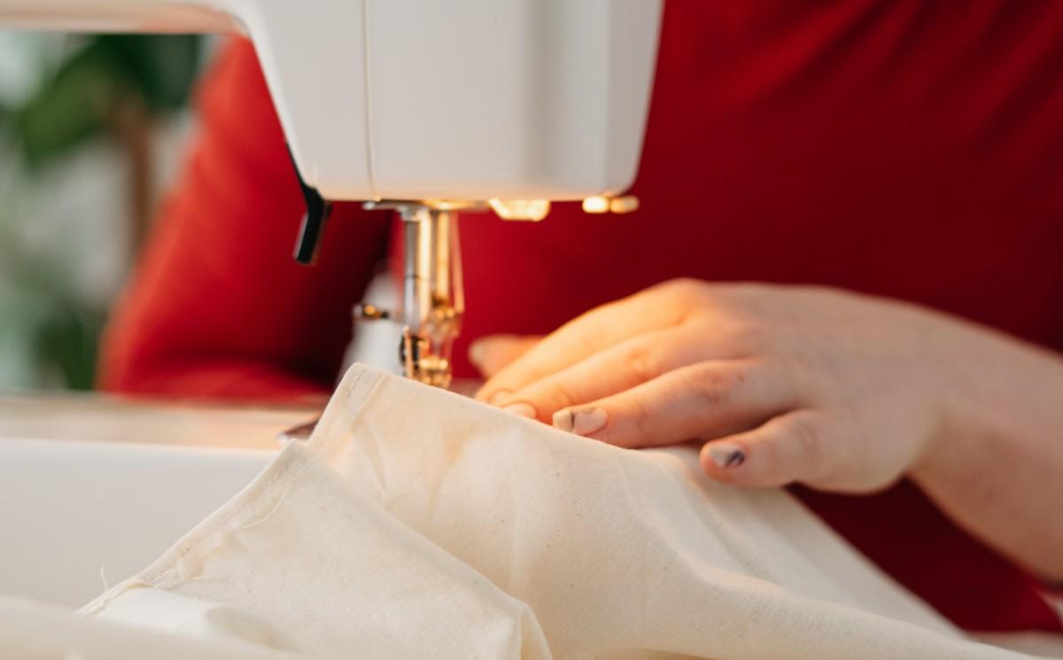 Covid-19 : des couturières du Liban reconverties dans la confection de sacs mortuaires