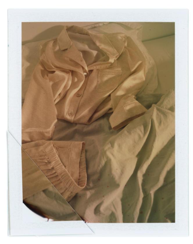 Chemise Lettre et pantalon d'intérieur Blason, en satin de soie logoté, Eres, chemise 430€ et pantalon 360€.