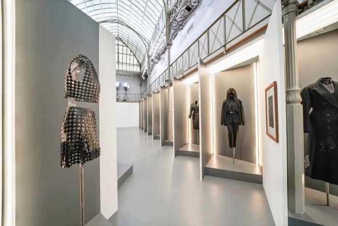 L'exposition met en scène des créations d'Azzedine Alaïa et les photos de Peter Lindbergh sur lesquelles elles figurent.