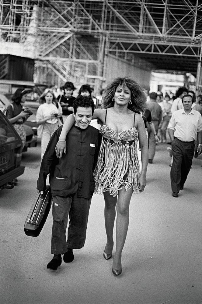 Ci-dessous, le styliste et Tina Turner, à Paris, en 1989, dans l'objectif du photographe allemand.