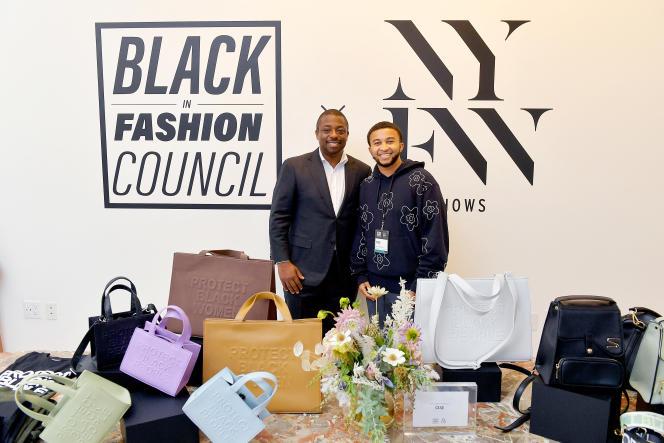 Le lieutenant-gouverneur de New York, Brian Benjamin (à gauche) et le designer de Cise, Blake Van Putten, dans les showrooms du Black In Fashion Council durant la fashion week de New York, le 12 septembre 2021.