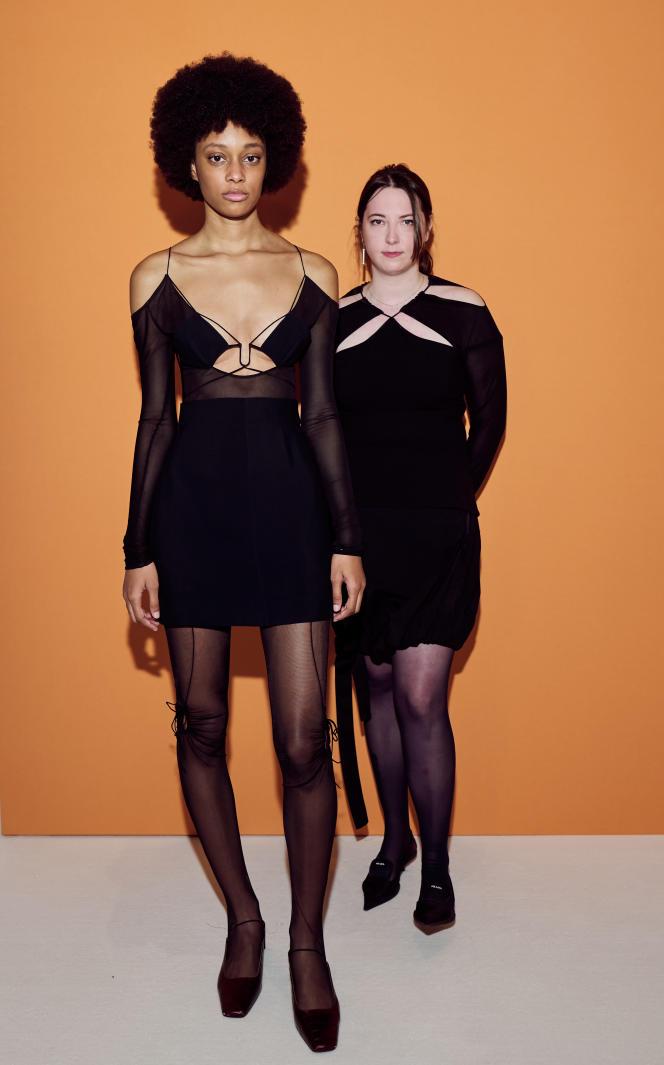 La créatrice Nensi Dojaka accompagnée d'une mannequin, portant toutes deux ses créations.