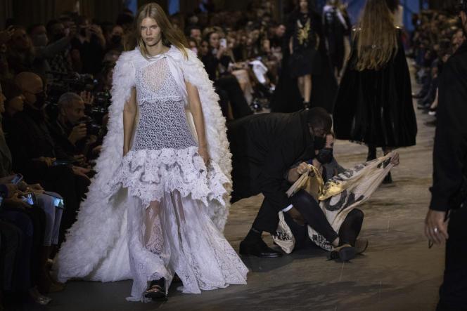 Un manifestant évincé de la piste du défilé de prêt-à-porter Louis Vuitton printemps-été 2022 à Paris, le 5octobre2021.