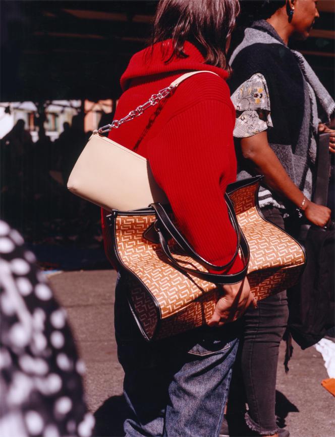 Pull zippé en cachemire et laine, Maison Alaïa, 1 200 €. Jeans 725, Levi's, 99 €. Sac porté épaule en cuir grainé, By Far, 420 €. Cabas en toile enduite et cuir de vachette lisse, Lancel, 375 €.