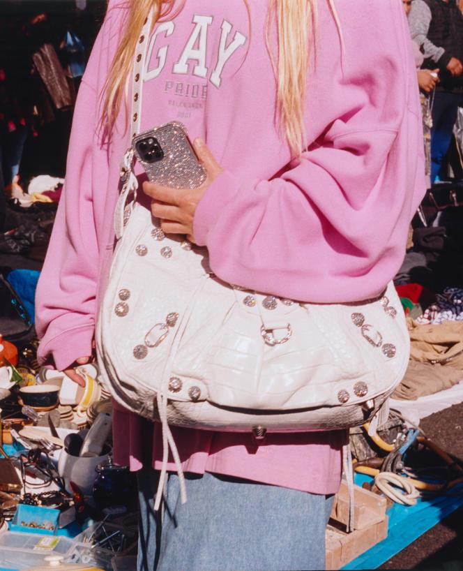 Sweat à capuche Pride Boxy, 665 €, coque d'iPhone strassée Glam Phone Case, en laiton argenté, 1 495 €, et sac Le Cagole large, en cuir de crocodile, 1 850 €, Balenciaga. balenciaga.com